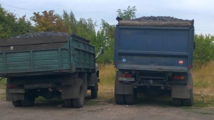 2015 рік. Мобільна група Шовкошитного затримала вантажівки, які нелегально вивозили з окупованих територій вугілля з документами