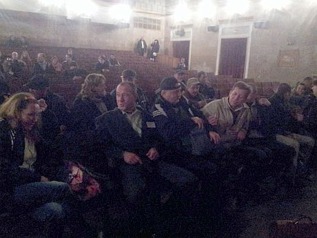 Необычные зрители пришли посмотреть фильм о Межигорье. Фото Катерины Аврамчук