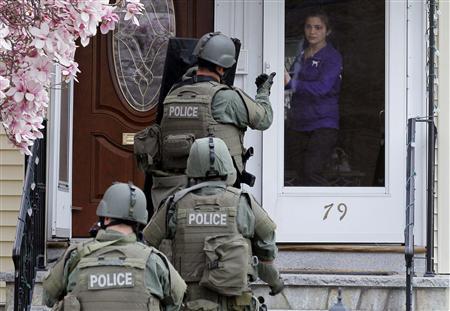 19 квітня. Представники спецназу обходили будинки, шукаючи підозрюваного. Фото Reuters