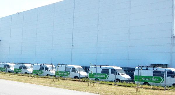 Машини Фронту Змін були помічені на закритій парковці фірми Юрушева. Саме тут зареєстрований другий учасник серцевого тендеру. Фото Слідство.Інфо