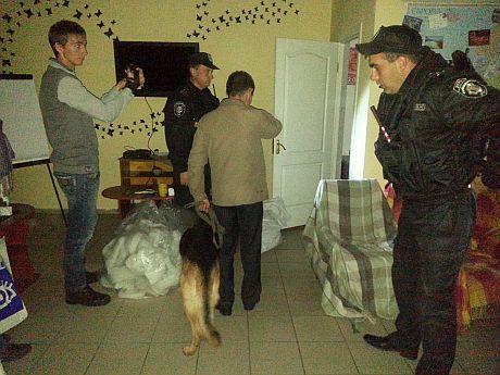 После завершения киносеанса в помещении искали взрывчатку. Фото Олега Рыбачука