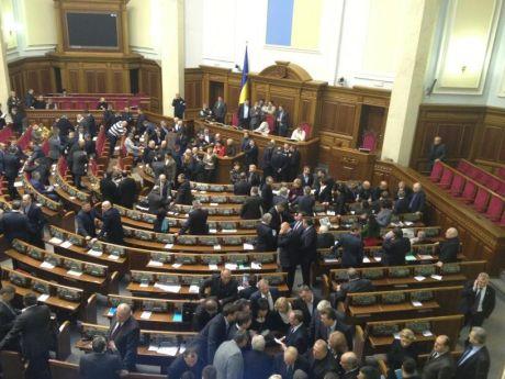 Оппозиция блокирует Раду. Фото Сергея Андрушко