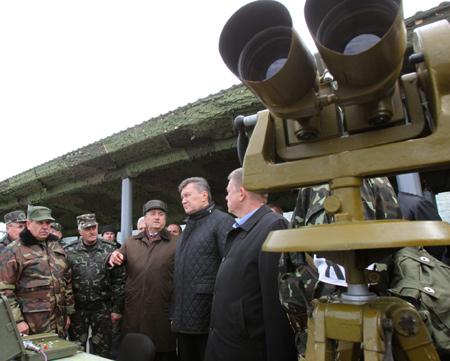 Янукович пообещал покупать украинское оружие. Фото: пресс-служба АП