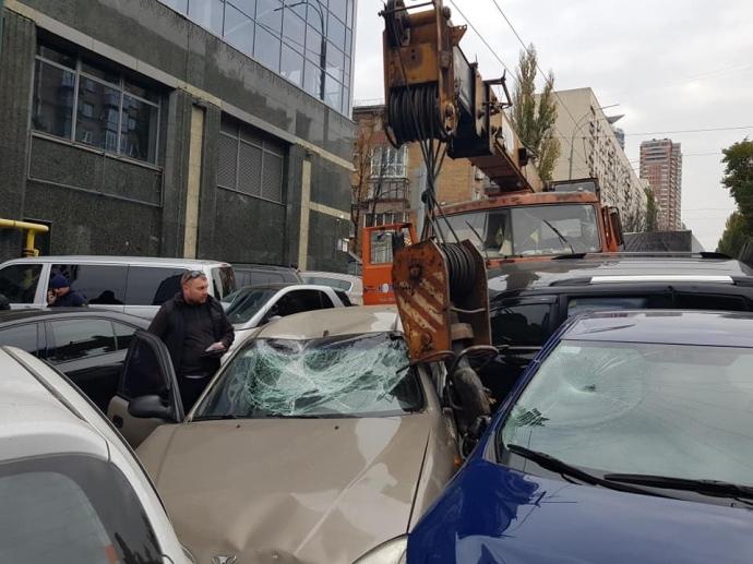 автокран наїхав на авто в києві