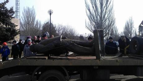 Місто Нова Одеса (Миколаївська обл.) під шумок також вирішила повалити Леніна. ФОто Reuters