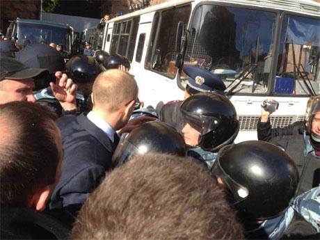 Депутаты возле автобуса с задержанными. Фото Батькивщины