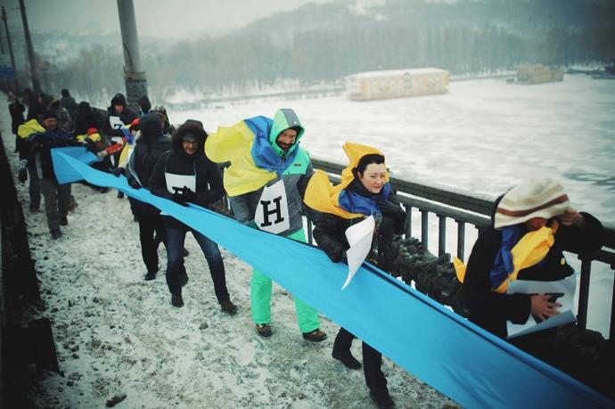 Живая цепь ко Дню Соборности на мосту Патона в Киеве
