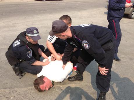 Затримання активістів. Фото з Facebook Володимира Арєва