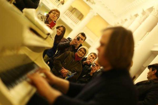 У КМДА грають на роялі. Фото з фейсбуку Andrei Marusov