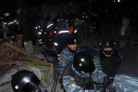 МНС-ники розбирають барикаду на розі Богомольця та Шовковичної