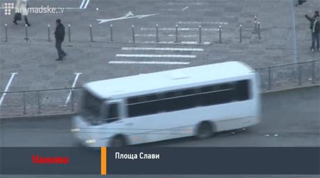 Згодом тітушки та автобуси з тонованими вікнами прослідували в напрямку вул.Банкової. Скрін-шот прямої трансляції