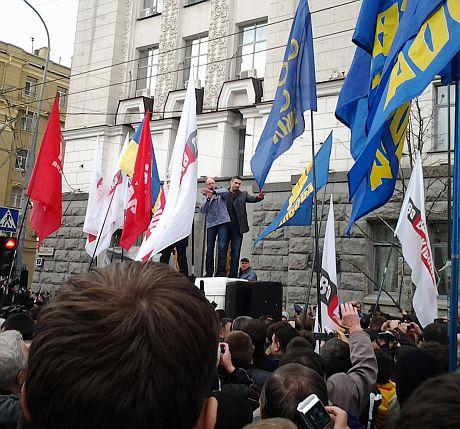 Яценюк і Кличко з броньовика – мітингу в Харкові. Фото Тетяни Ніколаєнко