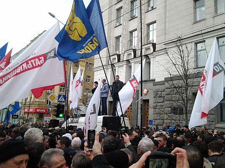 На мітингу під Харківською міськрадою Яценюк, Кличко й Тягнибок виступають з броньовика