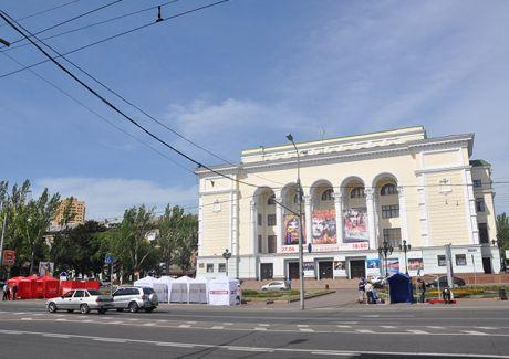 Батькивщина и УДАР поставили палатки под театром в Донецке