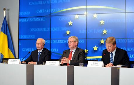 Азаров, Гілмор та Фюле. Фото прес-служби уряду