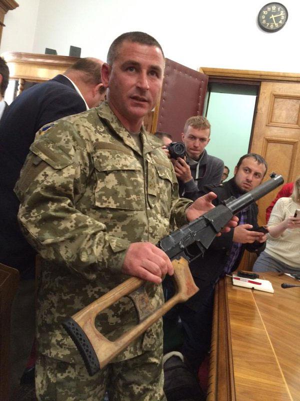 Камандир 92-ої бригади демонструє російську зброю 18 травня 2015 року. Фото Оксани Коваленко, УП