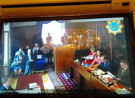 Журналісти майже не чують і не бачать, що відбувається в залі суду. Фото Тетяни Ніколаєнко