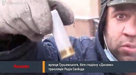 Мітингувальник демонструє патрон, який у вівторок знайшли на боці Беркуту