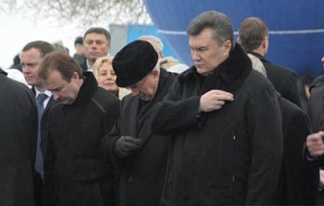 Как известно, премьер Николай Азаров не снимал шапку во время Крещения