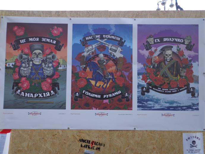 Стенд с анархистской символикой в лагере-Сечи. Фото из архива автора (сделано 28.12.2013 г.)