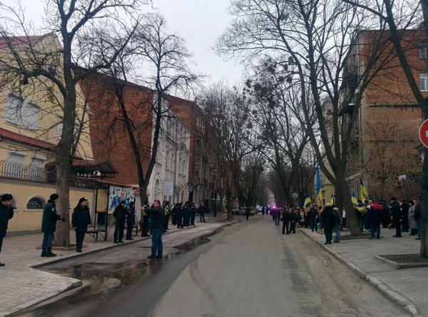 Учасники акції на підтримку Савченко прийшли до консульства РФ, поліція оточила будівлю.