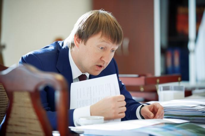 Кутовий ретельно готується до зустрічі, вивчаючи усі папери