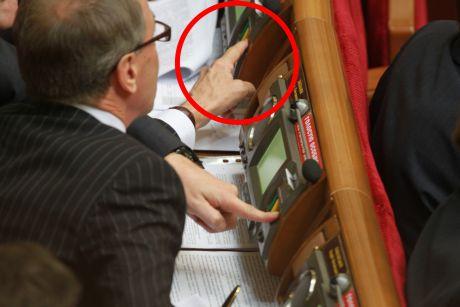 Кириленко голосує за колегу Павловського з його місця. Фото Партії регіонів