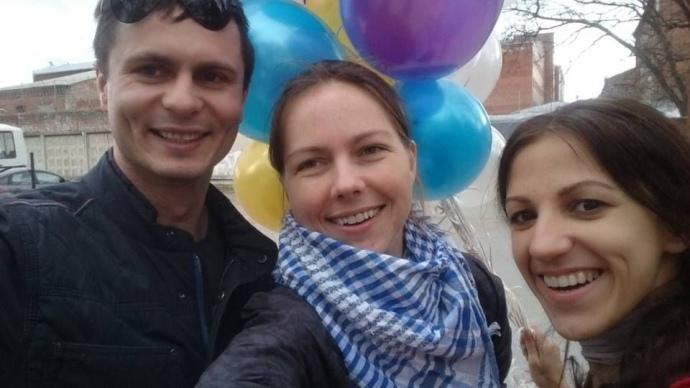 Віра Савченко, Олег Мезенцев і Валентина Мудрик чекали на дозвіл зустрітися з Надією Савченко із повітряними кульками