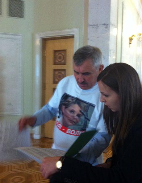Бютовцы одели для Януковича футболки с Тимошенко