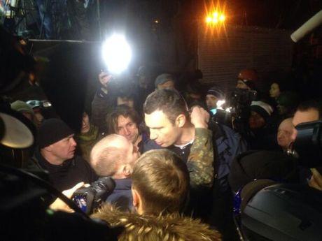 Кличко обступила толпа, он выслушал возмущенных людей. Фото Юрия Маловеряна