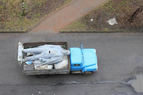 Також повалено останнього Ленiна в Житомирськiй області, який стояв у Новоградi-Волинському. Фото Reuters
