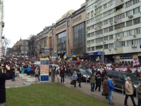 Мітинг йде на віче до парку Шевченка. Фото Ганни Грабарської