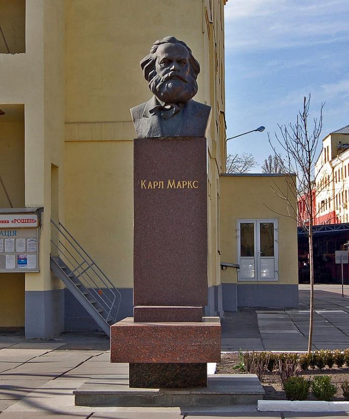 Памятник Марксу на территории завода