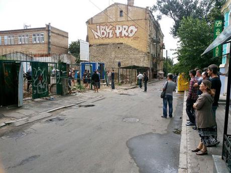 Активисты на строительстве в Десятинном переулке. Фото с блога Игоря Луценко