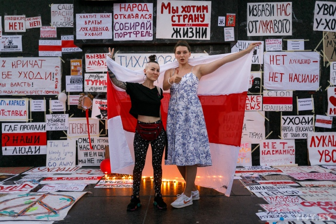 Стихійна виставка плакатів біля підніжжя пам'ятника В. І. Леніну, які мінчани принесли з собою на «Марш солідарності» 16 серпня