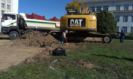 Экскаватор начал разрывать площадь. Фото Закарпатье-онлайн