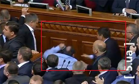 Оппозиция требует расследовать избиение регионалами своего депутата (видео)