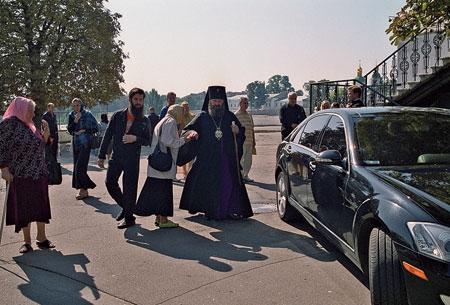 """Владика Павло теж їздить на """"Мерседесі"""". Фото Костянтина Дьяченка"""