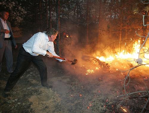 Пожар тушат пеной — сновидец испытает гнев к кому-то из окружающих.