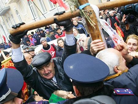 Але іноді комуністи йшли напролом. Депутат Соломатін допомагає долати перепони