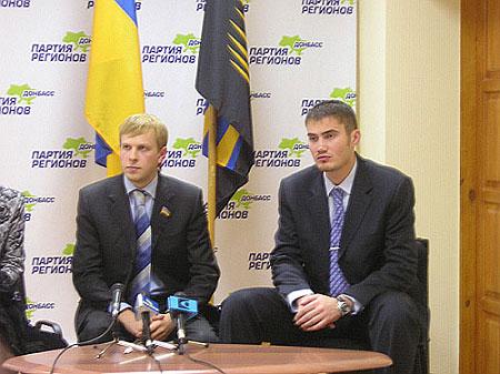 Ліворуч - Хомутинник, праворуч - Янукович
