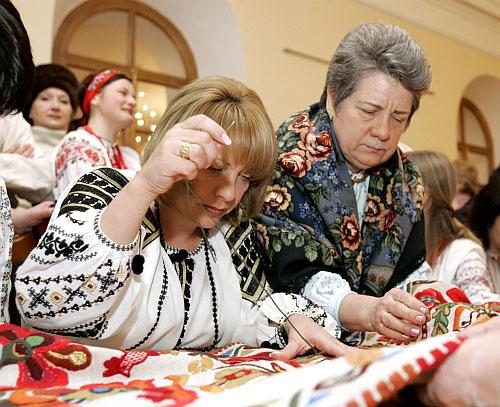 Катерина Ющенко допомогла майстриням вишити 9-метровий рушник