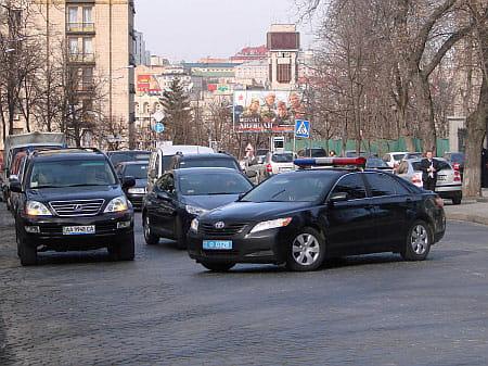 Так блокується рух автомобілів при виїзді прем