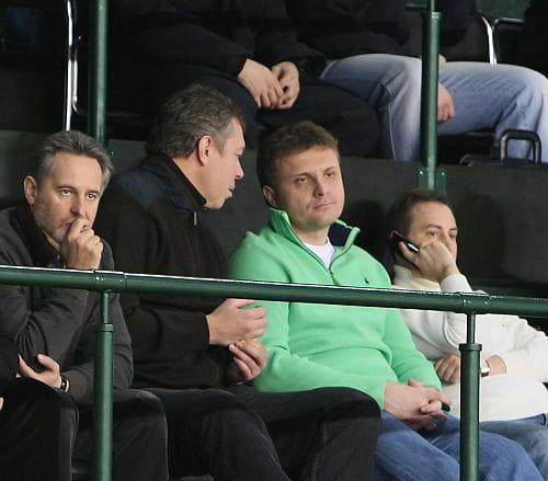 Фирташ и Левочкин вместе смотрят баскетбол. Фото Дмитрия Ларина