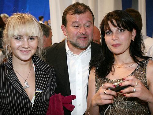 А з дівчатами Віктор Іванович спілкувався з задоволенням